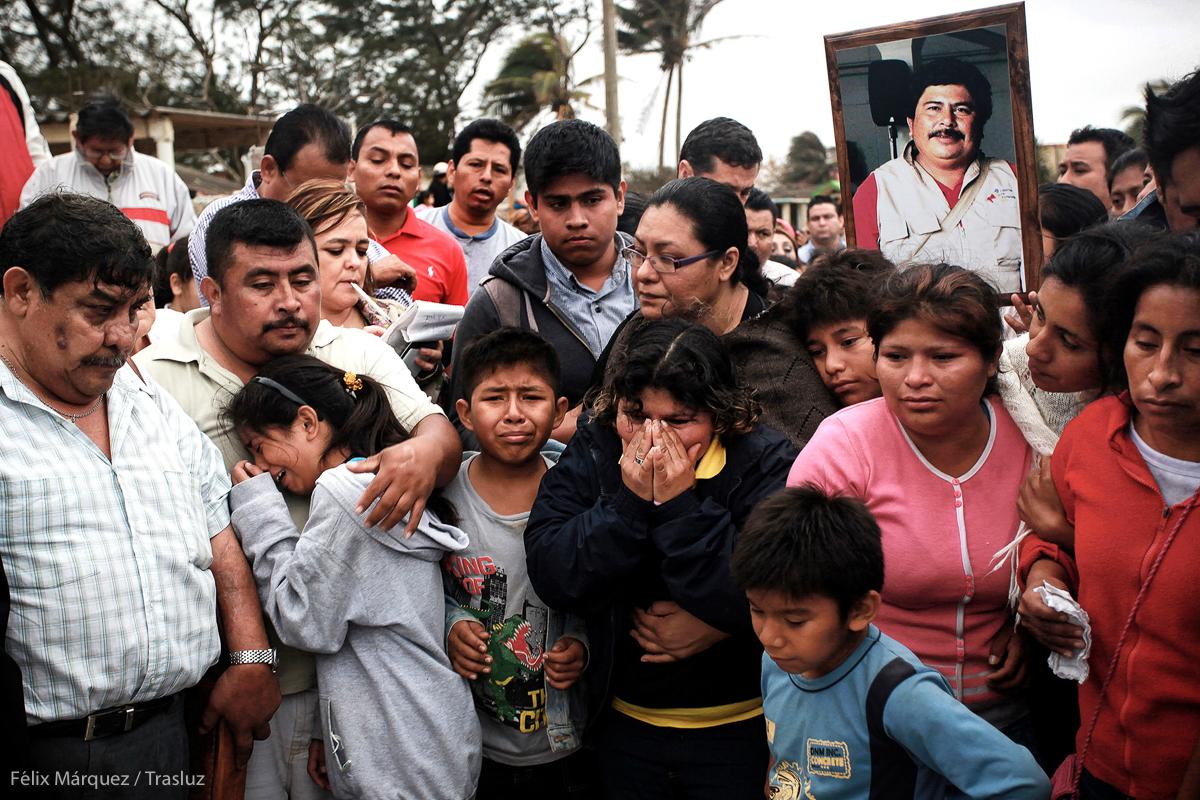 Coatzacoalcos, Veracruz.- Familiares lloran durante el entierro del periodista de nota roja, Gregorio Jimenez de la Cruz, el cual fue secuestrado y posteriormente encontrado sin vida en una fosa clandestina junto con dos hombres mas, luego de decenas de protestas efectuadas por comunicadores en todo el mundo. Foto: Félix Márquez / Trasluz