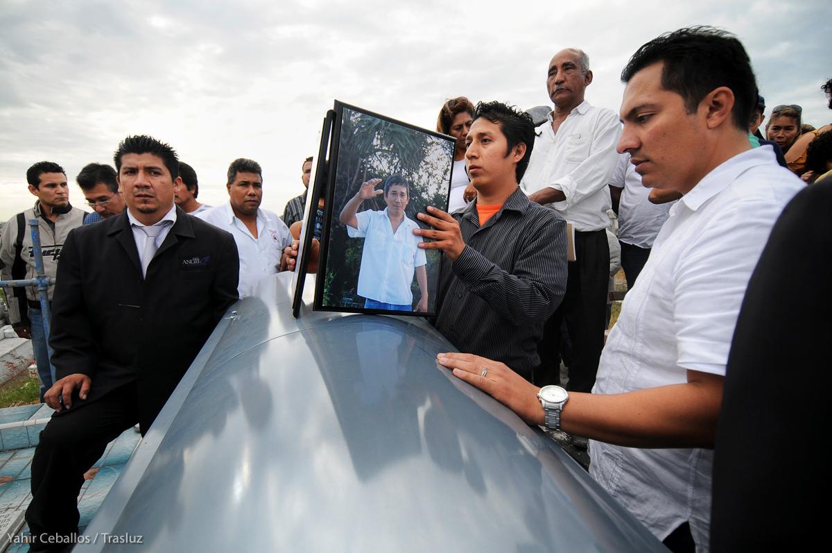 Familiares y amigos dieron el último adiós al periodista y activista Moisés Sánchez Cerezo, quien fue privado de su libertad y asesinado en Medellín, Veracruz, el 6 de febrero de 2015. Fotografía: Yahir Ceballos / Trasluz