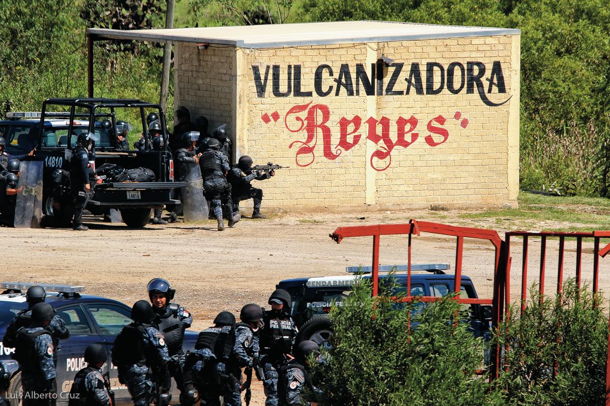 El 19 de junio de 2016 elementos de las policías Federal y Estatal implementaron un operativo en Nochixtlán, Oaxaca, para desalojar a integrantes y simpatizantes de la Sección 22 del Sindicato Nacional de Trabajadores de la Educación (SNTE), quienes mantenían un bloqueo en la súper carretera que conduce a la capital del país, lo que dejó como saldo ocho personas muertas y un centenar de heridos. Los uniformados recurrieron al uso de armas de grueso calibre contra la población, lo que negaron las autoridades federales y posteriormente el comisionado de la PF, Enrique Galindo, tuvo que reconocer. El desalojo de Nochixtlán y el uso desmedido de la fuerza pública fue condenado por organizaciones nacionales e internacionales de derechos humanos. (FOTO: Luis Alberto Cruz)