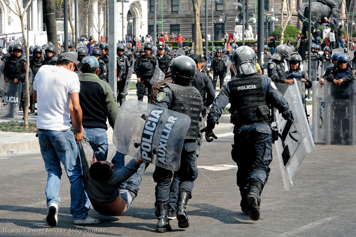 El inicio de la presidencia de Enrique Peña Nieto fue recibido con protestas en las calles el 1 de diciembre de 2012. La Policía Federal repelió las primeras manifestaciones en San Lázaro con gases lacrimógenos y pimienta, balas de goma y cañones de agua. Horas después, la policía capitalina hizo lo propio con golpes, gases y detenciones masivas en las avenidas principales de la ciudad. (FOTO: Ricardo Ramírez Arriola / 360gradosfoto)
