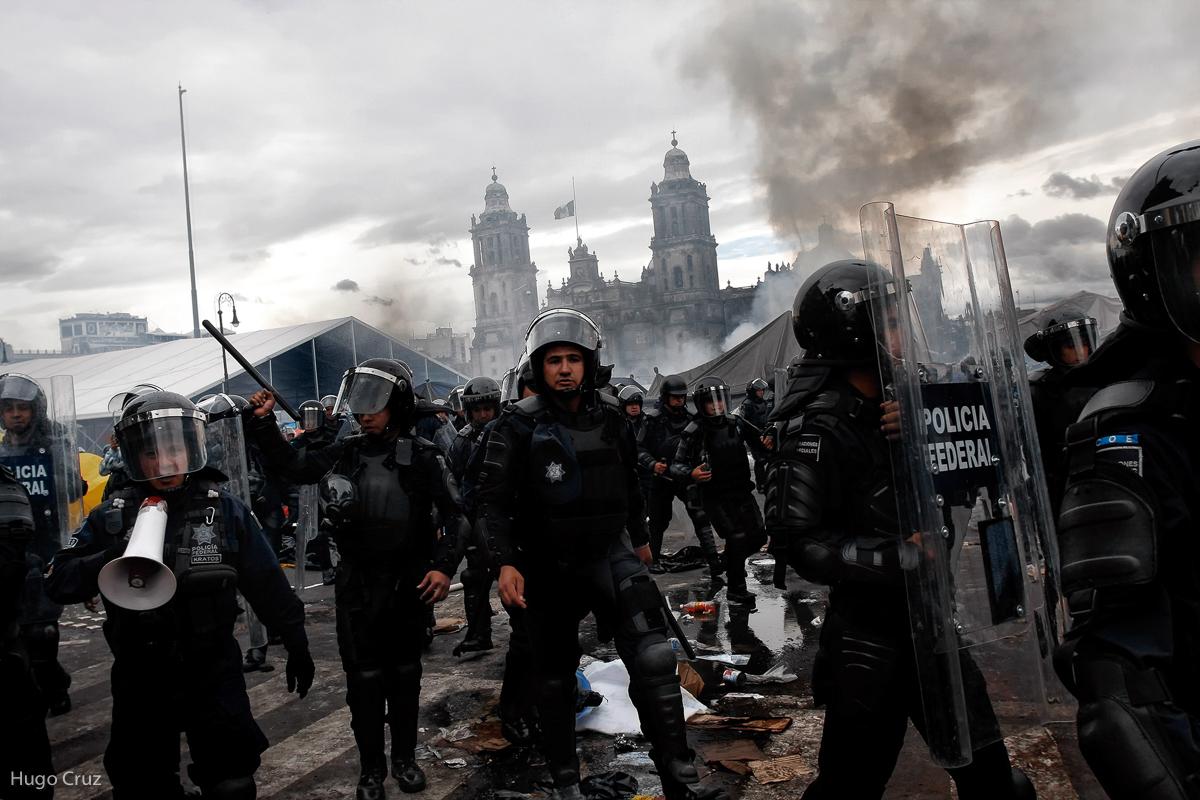 El viernes 13 de Septiembre del 2013 en un operativo espectacular por parte de la Policía Federal el gobierno del presidente Enrique Peña Nieto ordena el desalojo del plantón que mantenía la Coordinadora Nacional de Trabajadores de la Educación (CNTE) en el zócalo de la Ciudad de México. (FOTO: Hugo Cruz)