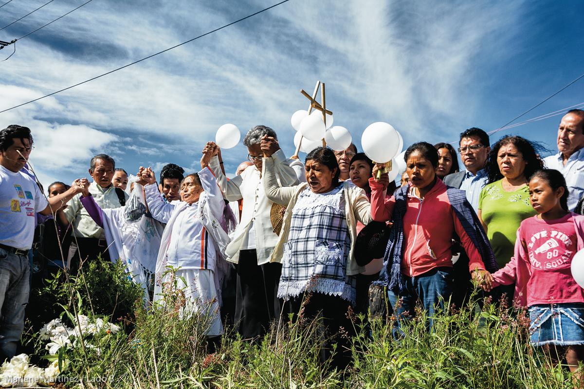 El 8 de julio de 2015, al cumplirse un año del operativo para desalojar a manifestantes de la carretera siglo XXI, en Chalchihuapan, Puebla, donde el niño José Luis Tehuatlie Tamayo murió tras ser herido de bala en la cabeza, integrantes de la junta auxiliar del municipio de Santa Clara Ocoyucan en Puebla realizan una ceremonia previa a una marcha hasta el municipio de Puebla para pedir justicia. (FOTO:  Marlene Martínez / Lado B)