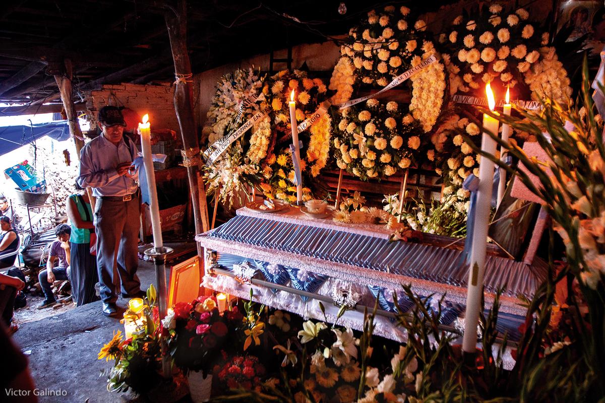 Familiares, amigos y compañeros de lucha del activista Antonio Vivar Díaz acompañan su velación en su casa, tras ser asesinado por una bala en Tlapa, Guerrero, el 8 de junio de 2015. Díaz fue asesinado por una bala durante un operativo de la Policía Federal, luego de que pobladores tuvieran retenidos a 30 policías federales en una iglesia en protesta por las elecciones estatales apenas meses después de la desaparición de 43 estudiantes de las Escuela Normal Rural de Ayotzinapa  en Tixtla, Guerrero (FOTO: Victor Galindo)