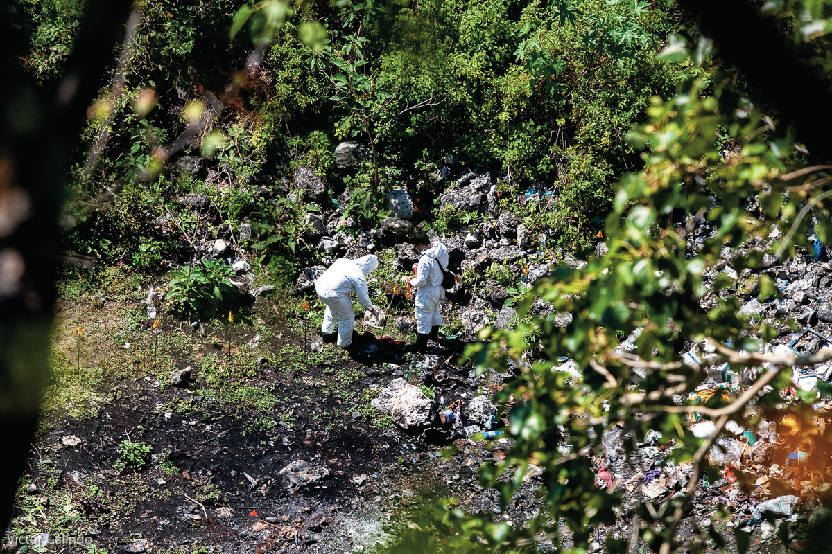 Personal forense recaba información en el basurero de Cocula, Guerrero, el 28 de octubre de 2014, en el sitio donde las autoridades federales afirmaron que los 43 estudiantes de Ayotzinapa habrían sido incinerados. La pista del lugar, fue obtenida tras la detención de  personas supuestamente relacionadas con la desaparición de los estudiantes. (FOTO: Víctor Galindo)