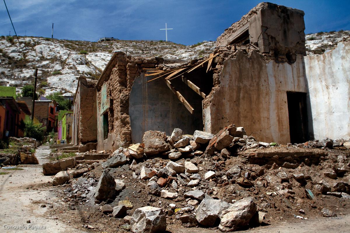 Entre 2008 y 2013, colonias como Nuevo México, en la región de Comarca Lagunera, Coahuila, quedó sitiada en medio de una zona de disputa entre los Zetas y el cártel de Sinaloa, ocasionando que los habitantes de la colonia huyeran de sus casas, de las cuales apenas cerca de 10 familias en la zona permanecieron en el lugar.  Desde el 2014 las familias comenzaron a regresar paulatinamente a su colonia, luego de que los Zetas abandonaran la zona, para encontrar sus casas y calles totalmente destruidas. Torreón, Coahuila, julio de 2016. (FOTO: Consuelo Pagaza)