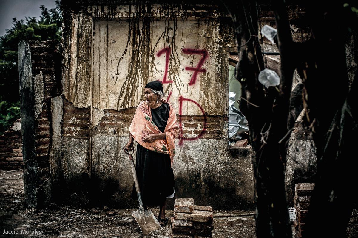 Para Bertha Velásquez López, mujer de más de 80 años, originaria de Unión Hidalgo, Oaxaca, el 7 de septiembre del 2017 , significa dolor, pues su esposo Benito Bernal Ríos, murió al colapsar su vivienda, cuando un terremoto de 8.2 grados la tierra movió en la región del Istmo de Tehuantepec en Oaxaca. Las localidades de Unión Hidalgo, Juchitán, San Mateo del Mar, Santiago Astata y Asunción Ixtaltepec suman un padrón total que equivale a 800 mil damnificados. (FOTO: Jacciel Morales)