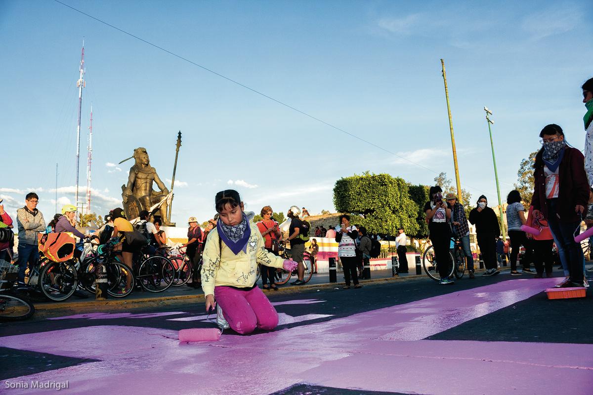 Familiares de víctimas de feminicidio, organizaciones, agrupaciones artísticas, colectivas y activistas procedentes de distintos puntos de dicha entidad y de otras ciudades, marchan en Ciudad Nezahualcóyotl el 25 de noviembre de 2018 en el marco del Día Internacional para la Eliminación de las Violencias contra las Mujeres, 2018.  (FOTO: Sonia Madrigal)