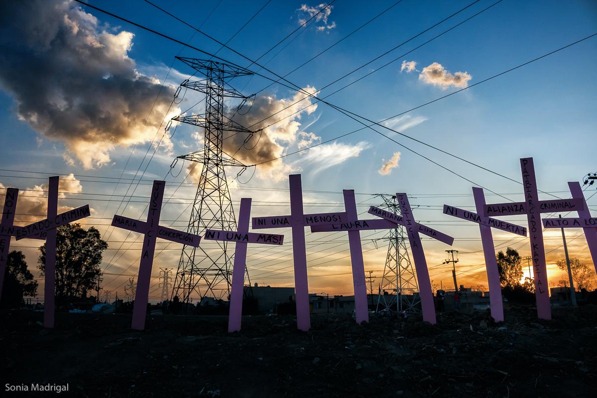 Cruces colocadas a orillas del Canal de la Compañía (Col. Xaltipac), durante la manifestación  que partió de Ecatepec y de Nezahualcóyotl rumbo a Chimalhuacán, que finalizó con un pronunciamiento político de la sociedad civil ante el aumento de feminicidios y la violencia en contra de las mujeres en el Estado de México. 5 de marzo de 2016. Por iniciativa de Irinea Buendía, madre de una víctima de feminicidio, se colocó otra cruz de color rosa a orillas del Canal de la Compañía. (FOTO: Sonia Madrigal)
