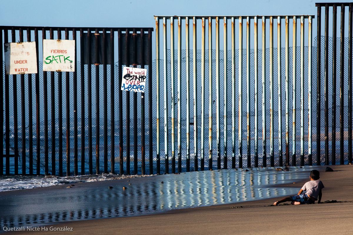 Un niño juega en la playa frente al muro fronterizo que separa a México de los Estados Unidos, el 24 de noviembre de 2016. Fotografía: Quetzalli Nicté Ha González