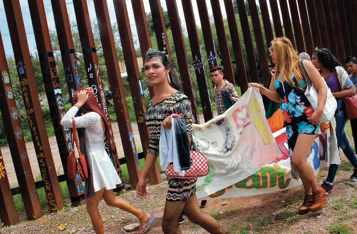 El 10 de agosto de 2017, integrantes de la comunidad LGBTTTI centroamericana se entregaron a autoridades de Estados Unidos en la frontera de Sonora. Génesis, joven transexual, fue parte del grupo de 16 migrantes de Honduras, Guatemala, El Salvador, Nicaragua y México que solicitaron asilo humanitario en suelo estadounidense.  Fotografía: Alonso Castillo