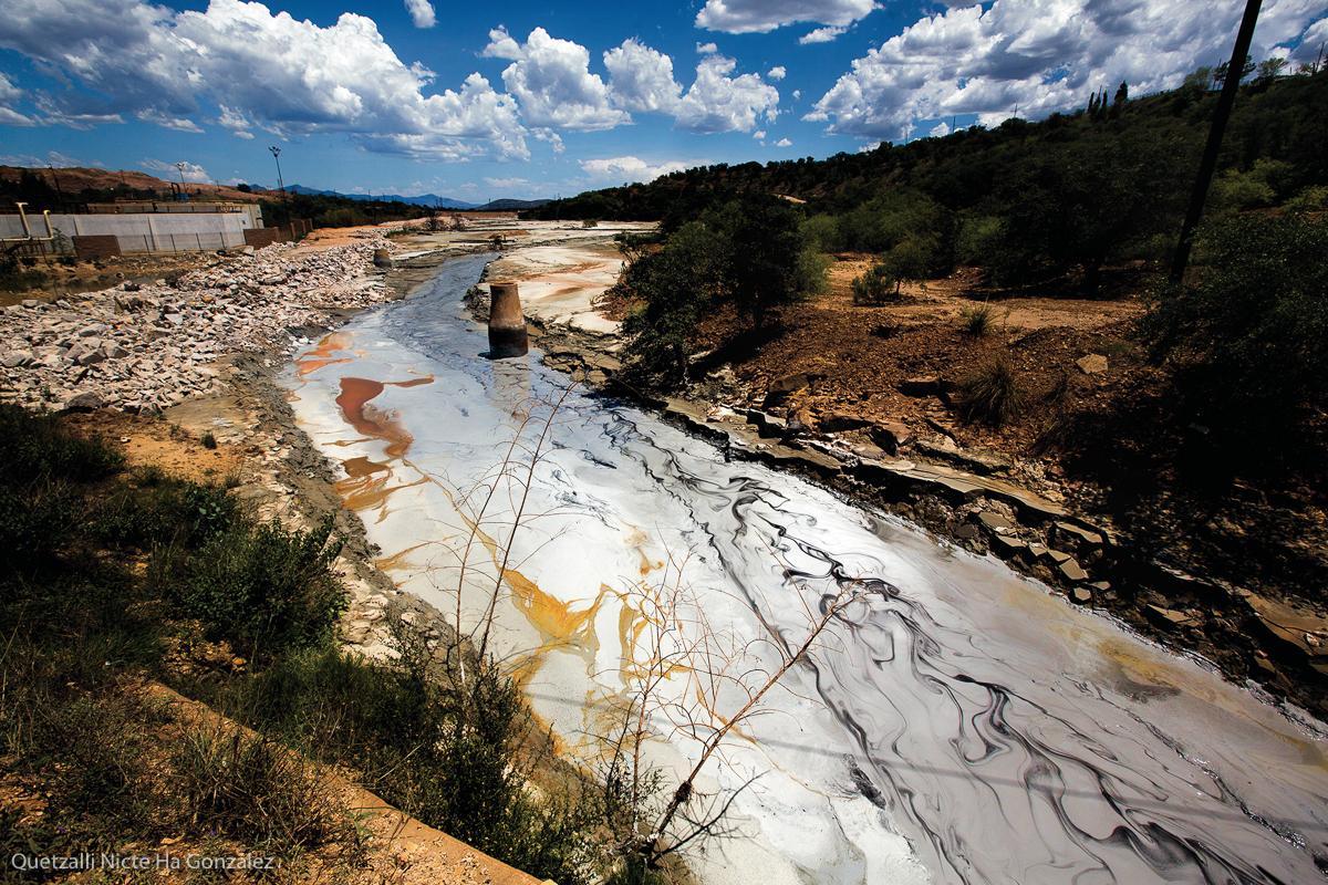 """Desechos de la minera """"Buenavista del Cobre"""" son arrojados a la Presa de Jales, en Cananea, Sonora, el 23 de julio de 2018.  Aunque muchos de estos desechos son almacenados, los derrames han causado constantes estragos, el más trágico conocido fue el de los ríos Bacamuchi y Sonora ocurridos el 6 de agosto de 2014, donde más de 40 mil metros cúbicos de lixiviados de sulfato de cobre acidulado se vertieron en el arroyo Tinajas y causaron un enorme desastre.  (FOTO: Quetzalli Nicte Ha González)"""