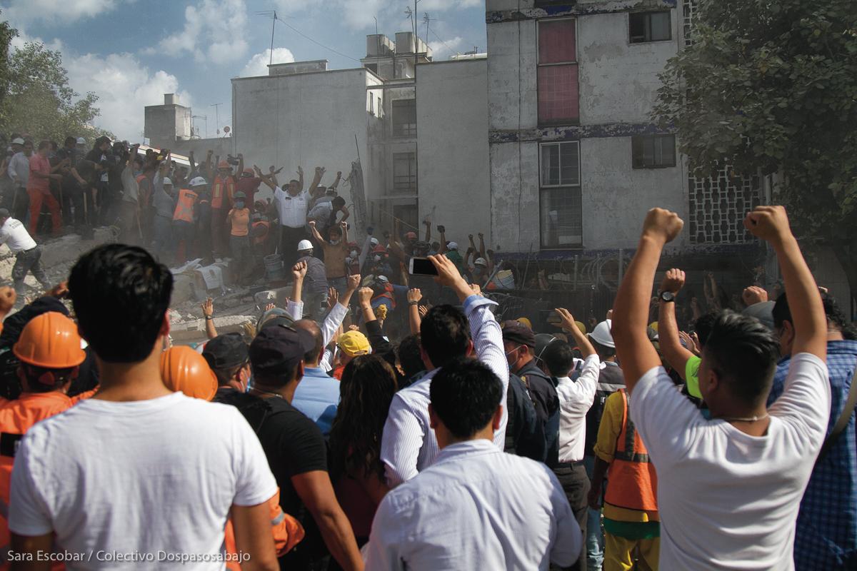 La ciudadanía fue la primera en hacerse presente para brindar ayuda en las zonas colapsadas por el terremoto del 19 de septiembre de 2017. En la imagen, el edificio de Torreón y Viaducto en la Ciudad de México. Sara Escobar / Colectivo Dospasosabajo